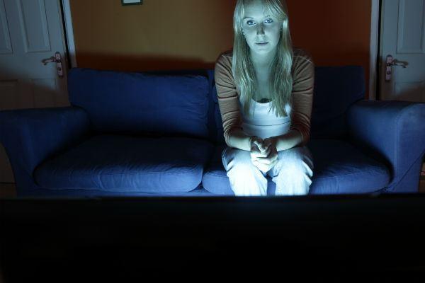 Почему сон при включенном телевизоре вызывает депрессию