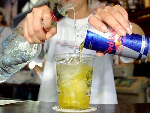 Смешивать энергетические напитки с алкоголем рискованней, чем потреблять обычный алкоголь