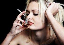 Почему курение значительно затрудняет лечение алкогольной зависимости