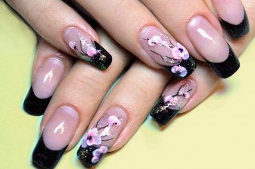 Дизайн ногтей с цветами на пике популярности