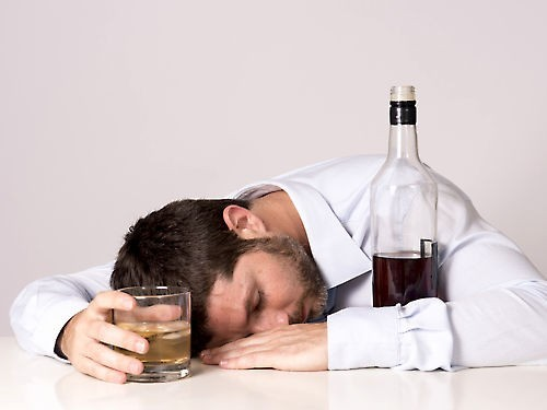 Главный нарколог Минздрава предложил принудительно тестировать трудящихся на алкоголь