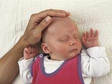 Телесный контакт с новорожденным поможет матери справиться со стрессом