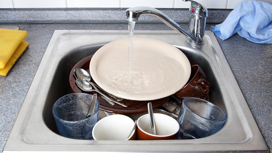 Мытье посуды успокаивает нервы и разгружает мозг