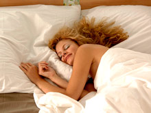Открытие: из-за сложного устройства мозга женщины должны спать дольше