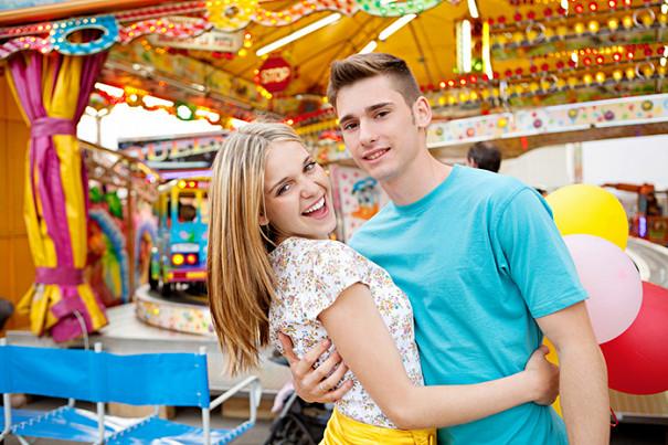 Надо ли давать деньги подростку на подарки его девушке: отвечает психолог