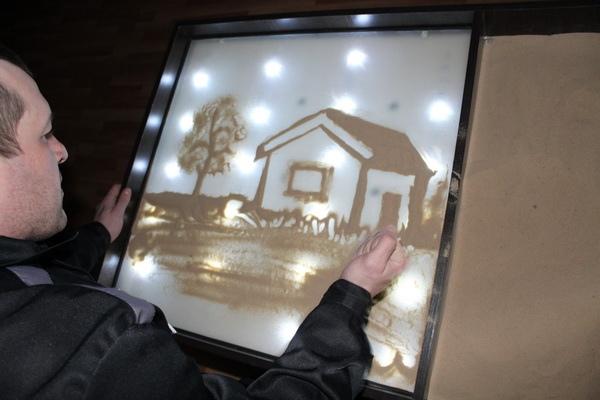 В Мордовии осужденных учат снимать стресс с помощью рисования песком