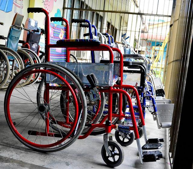 Ученые создали систему имплантов, которая позволяет парализованным людям снова ходить