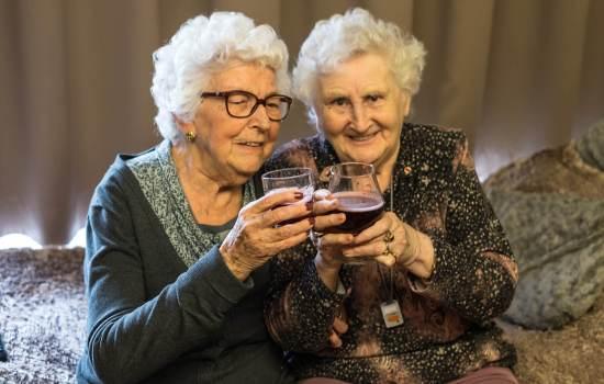 Алкоголь может быть менее вредным для людей старше 50 лет: результаты нового исследования