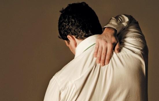 Болит спина между лопатками – почему?