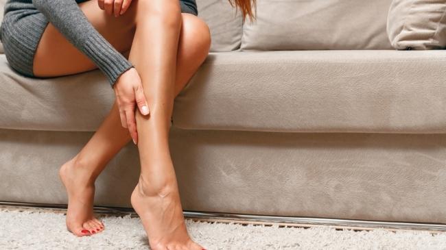 Почему по ночам сводит ноги судорогой и что делать?
